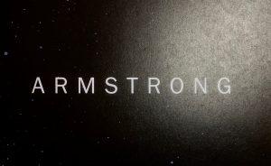 Armstrong - der Titel des Kinderbuches in weißen Großbuchstaben geschrieben auf schwarzem Hintergrunde mit Sternenhintergrund.