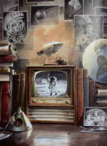 Die kleine Mondmaus mit ihrer Rakete auf einem Fernseher, in dem die erste Mondlandung eines Menschen gezeigt ist.