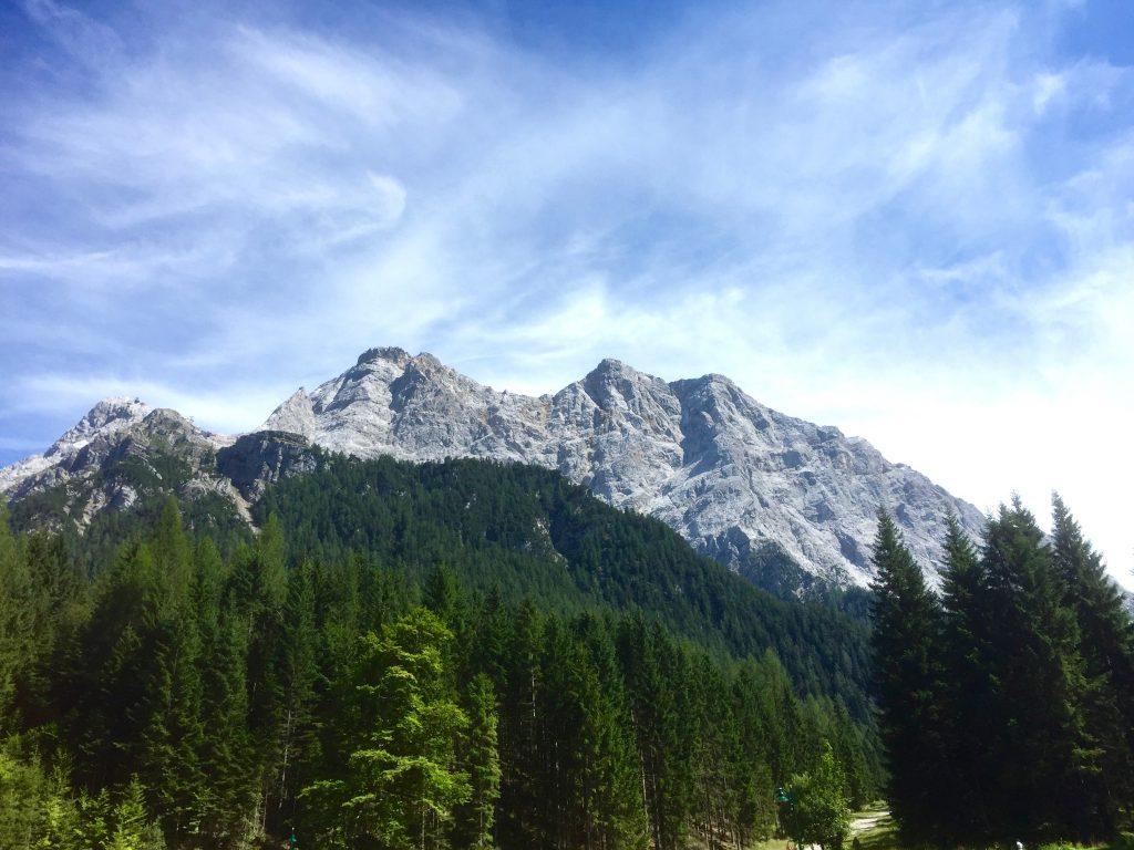 Zu sehen ist ein Teil des Zugspitzmassivs aus dem Tal des Tiroler Ortes Ehrwald.