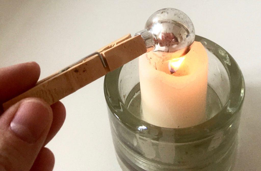 http://blog.forschenfuerkinder.de/2017/12/26/weihnachtsbaumkugeln-im-experiment/ Flamme Ruß Kerze