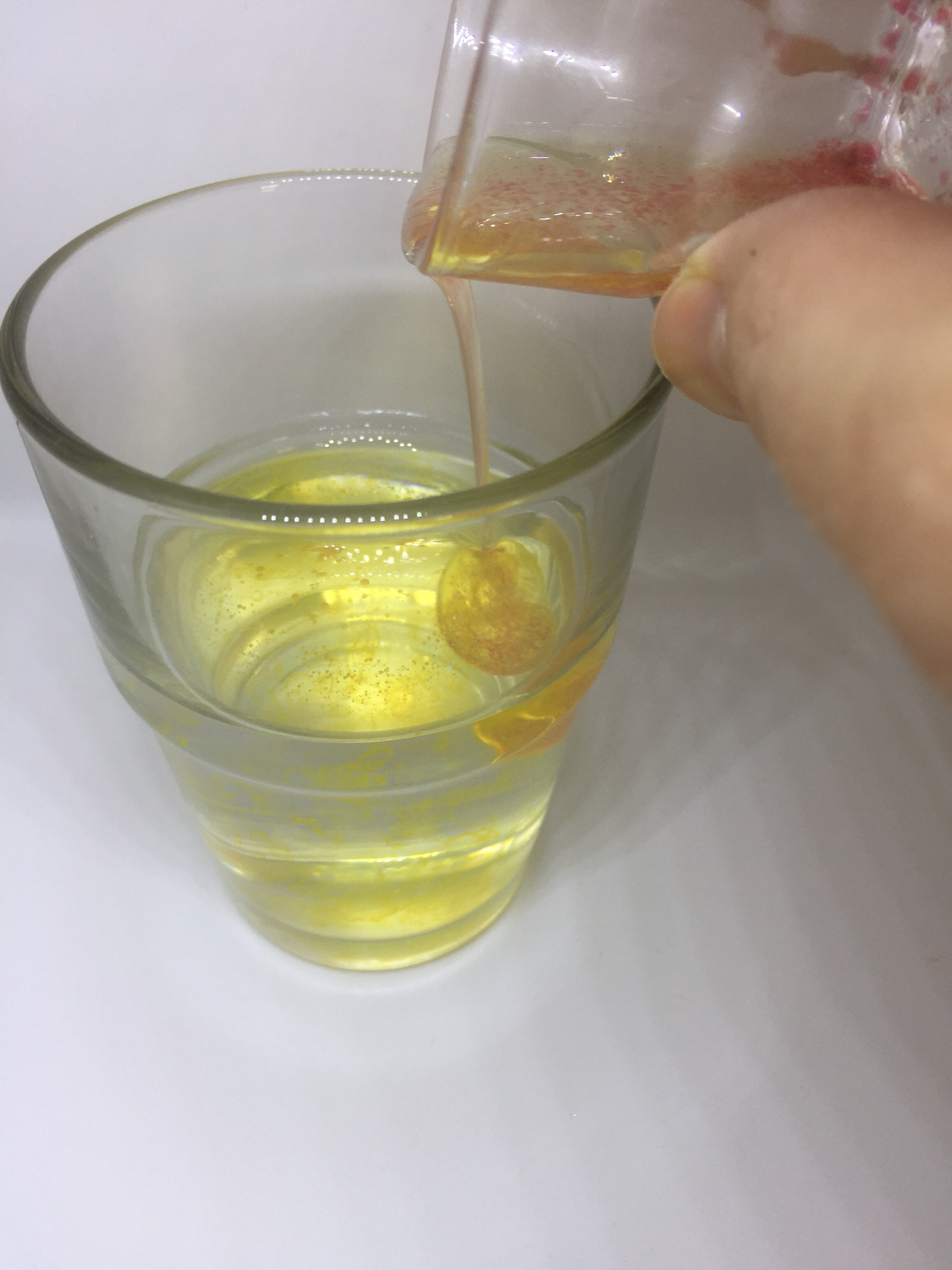 http://blog.forschenfuerkinder.de/2018/03/06/buntes-feuerwerk-der-farben/ Gemisch Öl Farbe