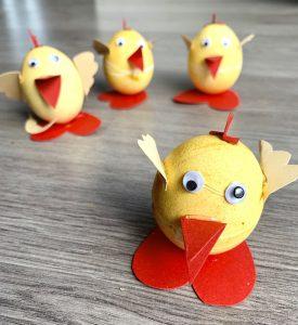 Gefärbte Hühnereier zu Hühnern gebastelt