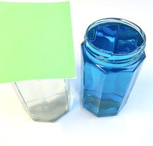 Forschen für Kinder Dichteexperiment mit Wasser. Zwei Gläser mit Wasser gefüllt sollen mit der Öffnung übereinander gestellt werden.