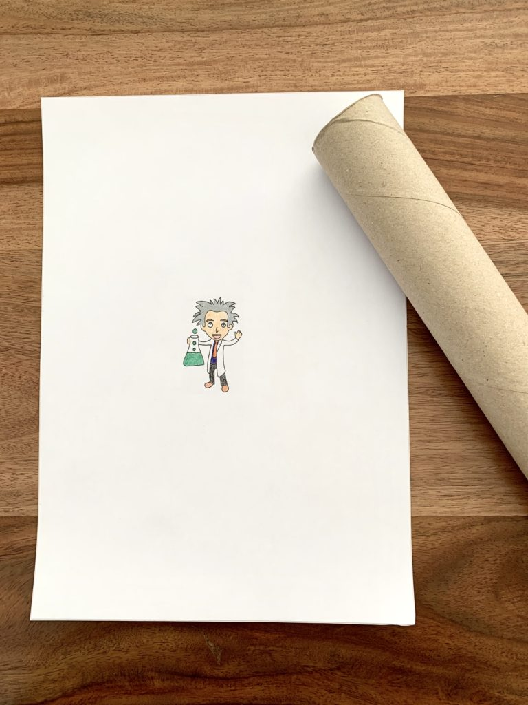 Blatt Papier mit bemaltem Forscher aus dem Logo von Forschen für Kinder. Daneben liegt eine Papprolle.