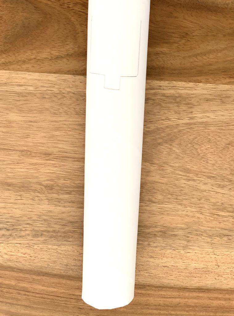 Papprolle mit Markierungen für die Spiegelöffnung. Rückseite oben.