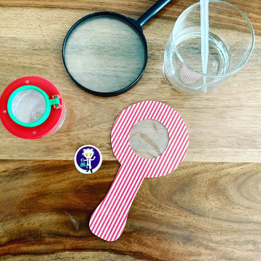 Forschen für Kinder zeigt verschiedene Vergrößerungsgläser. Becherlupe, Wasserlupe, Lupe