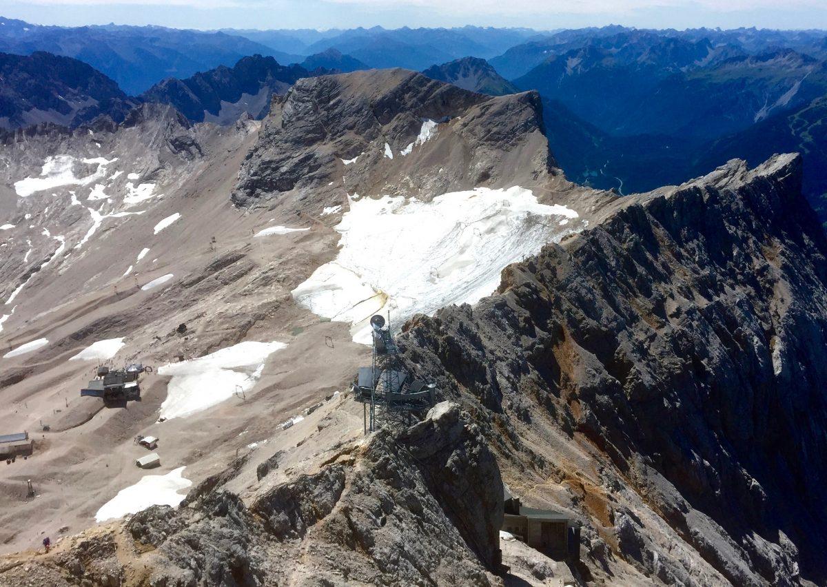 Eisflächen auf Bergrücken: zu sehen sind der Rest des südlichen und nördlichen Schneeferner Gletschers auf dem Zugspitzplatt.