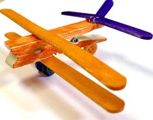 Forschen für Kinder Flugzeug Doppeldecker aus Holzstäben und Wäscheklammer