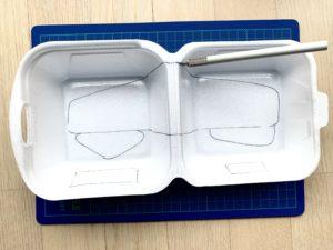 Styroporbox mit aufgezeichneten Flugzeugteilen. Bereit zum Ausschneiden.