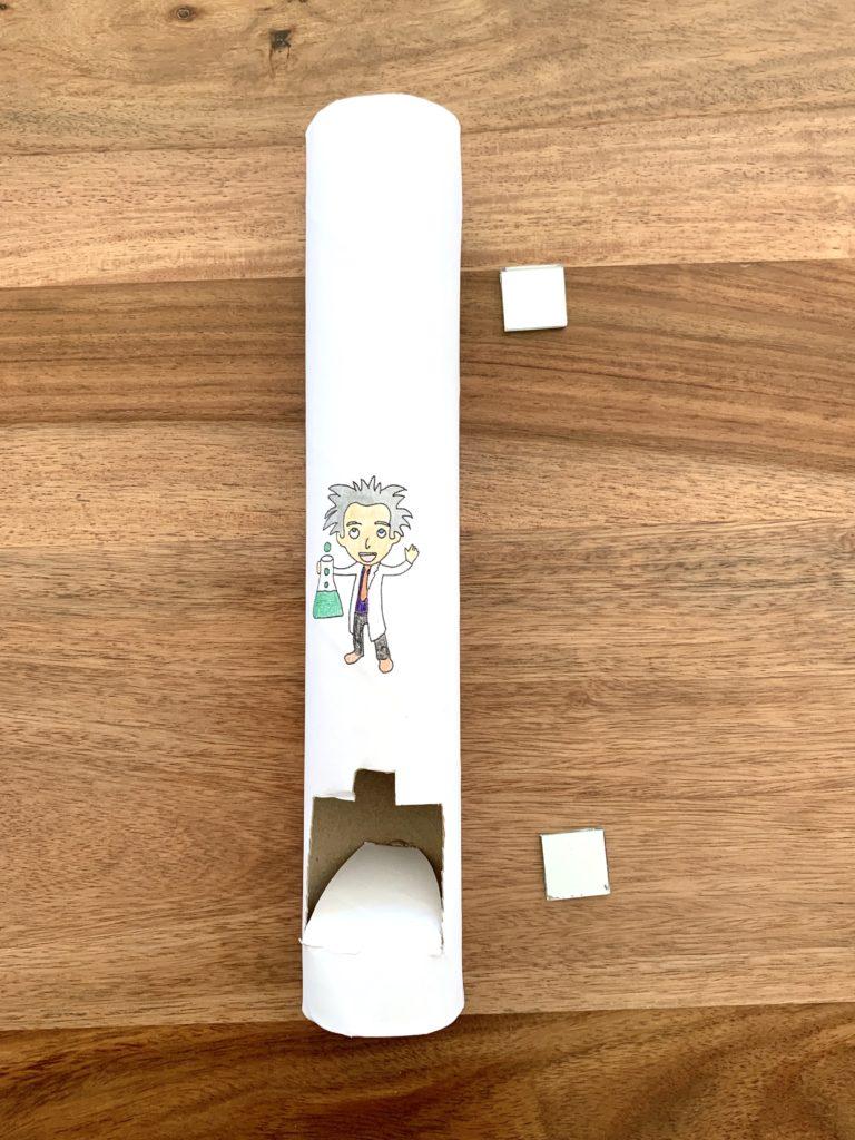 Dein Periskop ist fast fertig. Noch schnell die Spiegel einkleben. Diese liegen rechts neben der Periskop-Papprolle.