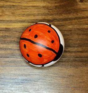 Forschen für Kinder Tischtennisball mit Marienkäfer bemalt