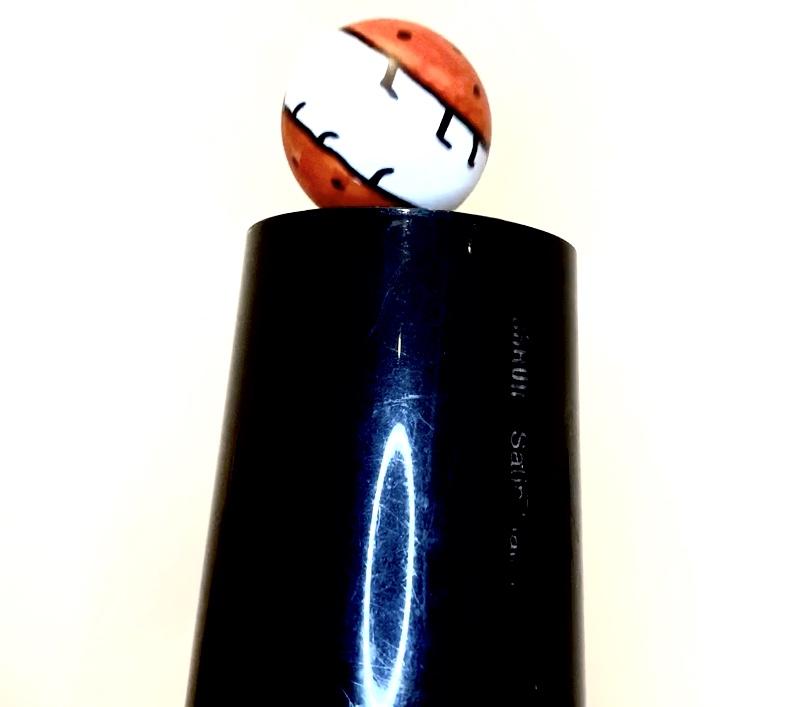 Forschen für Kinder setzt einen als Marienkäfer bemalten Tischtennisball auf einen Föhn.