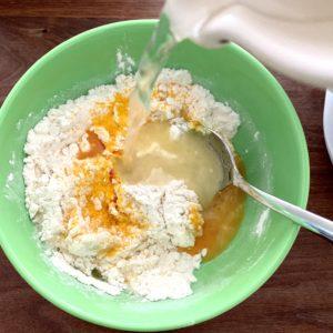Forschen für Kinder zeigt, wie Knete gemischt wird: Mehl, Salz, Farbe, Wasser & Öl